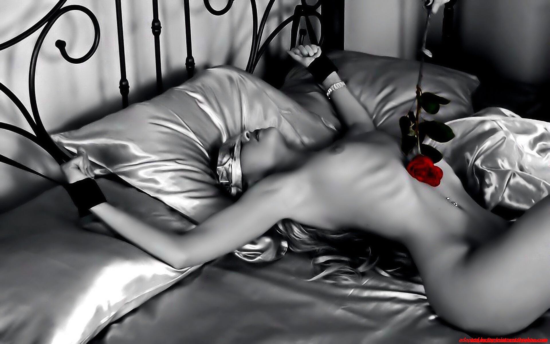 эротическая черно белая картинка девушка привязана к кровати провёл рукой